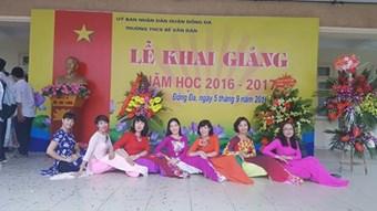 Giáo viên nhà trường ngày khai giảng năm học 2016-2017