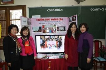 Bà Nguyễn Mai Hoa - Phó phòng KHCNTT chụp ảnh lưu niệm cùng BGH nhà trường